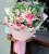 8枝多头粉百合(不少于24个头,至少盛开6朵),8朵粉红雪山玫瑰,小尤加利叶间插点缀,藕粉/烟白双面欧雅纸外围,粉色丝带蝴蝶结束扎,