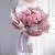 19朵浅粉色康乃馨,多头康乃馨间插点缀,圆形浅粉色雾面纸包装,白色雪梨纸内衬,