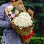 浪漫纯真-33朵白玫瑰花束